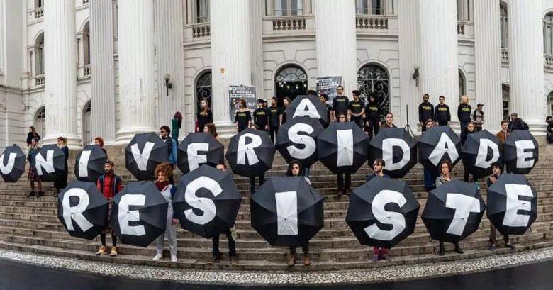 Estudantes em protesto com legenda: a universidade resiste.